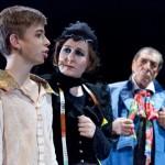 Mrs. Sowerberry mit Oliver und Mr. Bumble