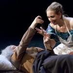 Die alte Sally überreicht Mrs. Bumble auf dem Sterbebett ein Amulett