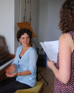 """Mascha Corman arbeitet mit den Darstellern der Neusser Musicalproduktion """"Oliver!"""" an deren Atemtechnik und Stimmbildung."""