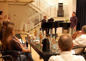 """Eine erste musikalische Kostprobe gab Darsteller Pascal Schürken in der Rolle des """"Melchior"""" jetzt beim Pressegespräch in der Alten Post, am Flügel begleitet vom musikalischen Leiter der Produktion, Eddy Schulz."""