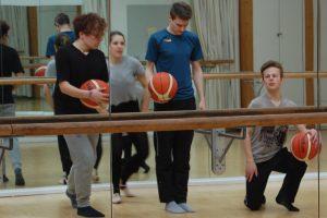"""Ballettstange und Basketball? Das passt zusammen, wenn die Probenarbeiten zu """"High School Musical"""" laufen! Bis zur Premiere am 8. September gibt es noch viel zu tun. Jungs können sich noch zum Nach-Casting melden."""